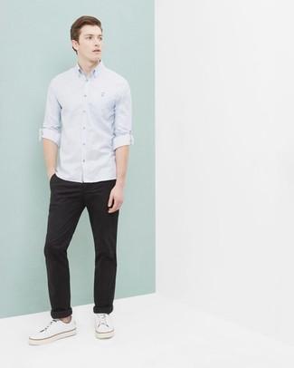 Как и с чем носить: голубая рубашка с длинным рукавом, черные брюки чинос, белые низкие кеды из плотной ткани