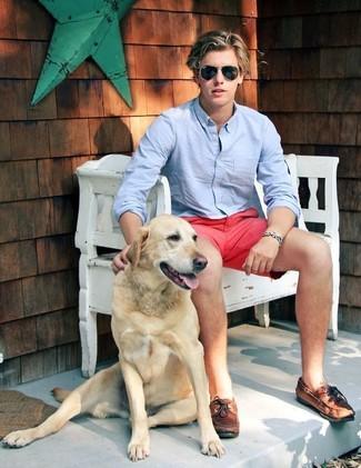 Как и с чем носить: голубая рубашка с длинным рукавом, ярко-розовые шорты, коричневые кожаные топсайдеры, черные солнцезащитные очки