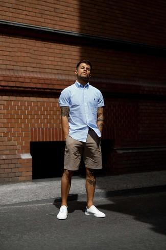 Как и с чем носить: голубая рубашка с коротким рукавом в вертикальную полоску, коричневые шорты, белые низкие кеды