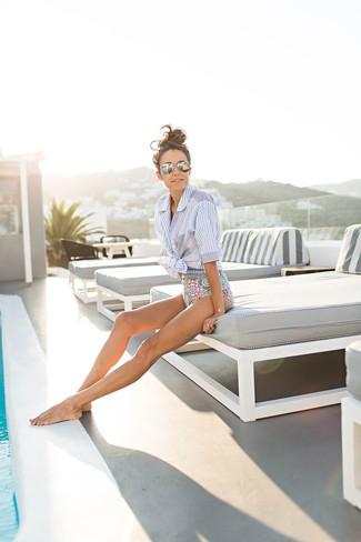 Как и с чем носить: голубая рубашка с коротким рукавом в вертикальную полоску, разноцветный купальник с принтом, серебряные солнцезащитные очки