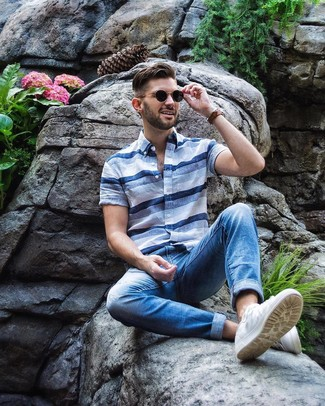 Как и с чем носить: голубая рубашка с коротким рукавом в горизонтальную полоску, синие джинсы, белые низкие кеды
