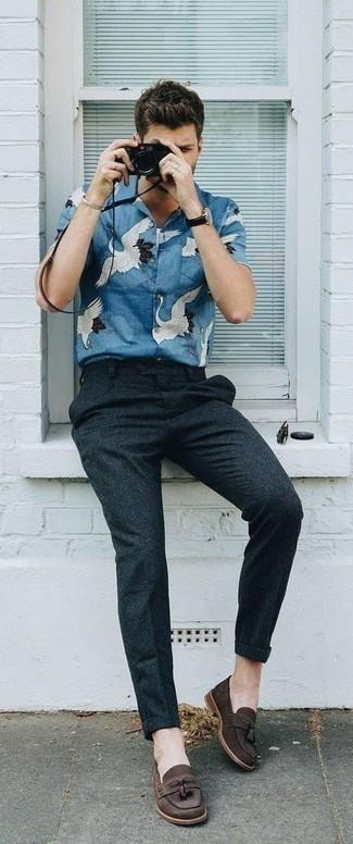 Мода для 30-летних мужчин: Голубая рубашка с коротким рукавом с принтом в паре с темно-серыми шерстяными брюками чинос позволит выразить твою индивидуальность. Теперь почему бы не привнести в этот лук на каждый день немного стильной строгости с помощью темно-коричневых замшевых лоферов с кисточками?