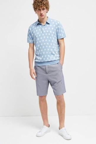 Как и с чем носить: голубая футболка-поло в горошек, синие шорты из жатого хлопка, белые кожаные низкие кеды