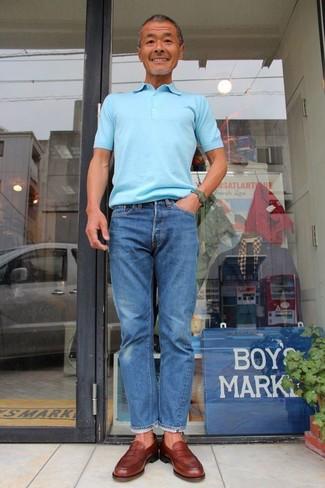 Как и с чем носить: голубая футболка-поло, синие джинсы, коричневые кожаные лоферы, темно-зеленые часы
