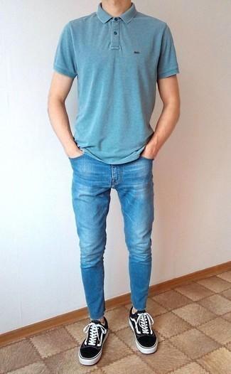 Синие зауженные джинсы: с чем носить и как сочетать мужчине: Если ты ценишь удобство и практичность, голубая футболка-поло и синие зауженные джинсы — прекрасный выбор для модного мужского лука на каждый день. Хотел бы сделать ансамбль немного строже? Тогда в качестве дополнения к этому луку, выбери черно-белые низкие кеды из плотной ткани.