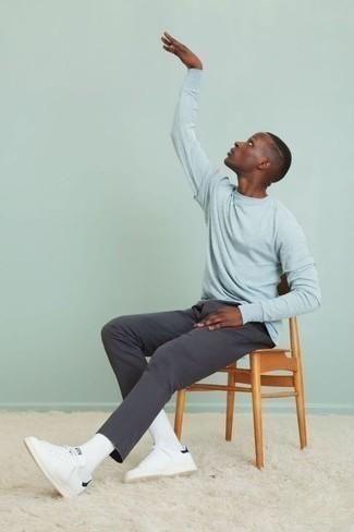 Модные мужские луки 2020 фото в стиле кэжуал: Голубая футболка с длинным рукавом и темно-серые брюки чинос станут практичными инвестициями в твой гардероб. Белые кожаные низкие кеды идеально дополнят этот ансамбль.