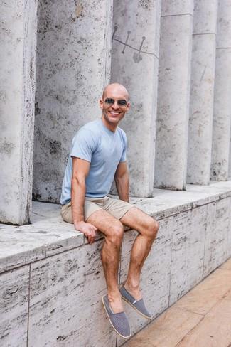 Как и с чем носить: голубая футболка с круглым вырезом, бежевые шорты, темно-сине-белые эспадрильи из плотной ткани, темно-серые солнцезащитные очки