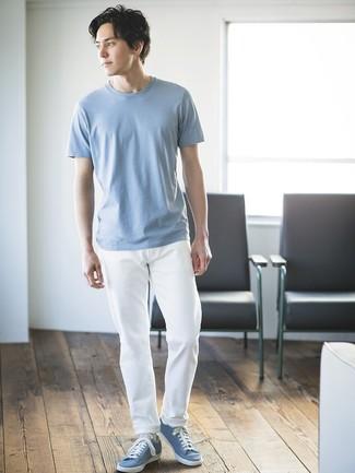 Как и с чем носить: голубая футболка с круглым вырезом, белые брюки чинос, голубые низкие кеды