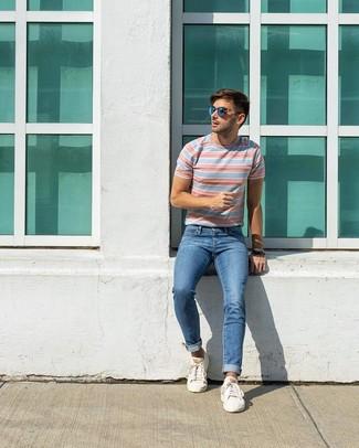 Как и с чем носить: голубая футболка с круглым вырезом в горизонтальную полоску, синие джинсы, белые низкие кеды, синие солнцезащитные очки