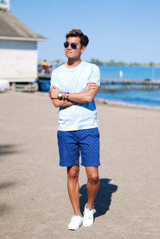Сочетание голубой футболки с круглым вырезом и синих шорт в горошек - очень практично, и поэтому идеально для создания беззаботного повседневного  ансамбля. Белые низкие кеды великолепно дополнят этот лук.