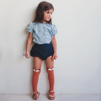 Как и с чем носить: голубая футболка с цветочным принтом, темно-синие шорты, оранжевые балетки, оранжевые носки