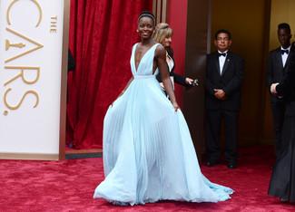 Как Lupita Nyong'o носит Голубое вечернее платье со складками