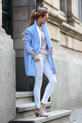 Голубое пальто и белые джинсы скинни — хороший выбор, если ты хочешь создать расслабленный, но в то же время стильный образ. И почему бы не разбавить образ с помощью розовой обуви?