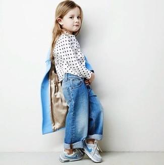 Как и с чем носить: голубое пальто, белая блузка с длинным рукавом в горошек, синие джинсы, серые кеды