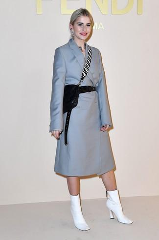 Как и с чем носить: голубое пальто, белые кожаные ботильоны, черная кожаная стеганая сумка через плечо, черный кожаный пояс