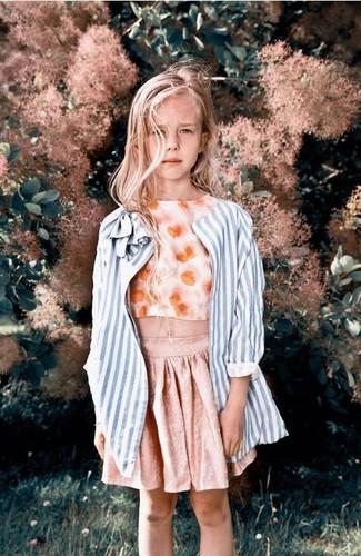 Как и с чем носить: голубое пальто в вертикальную полоску, оранжевая майка с цветочным принтом, розовая юбка