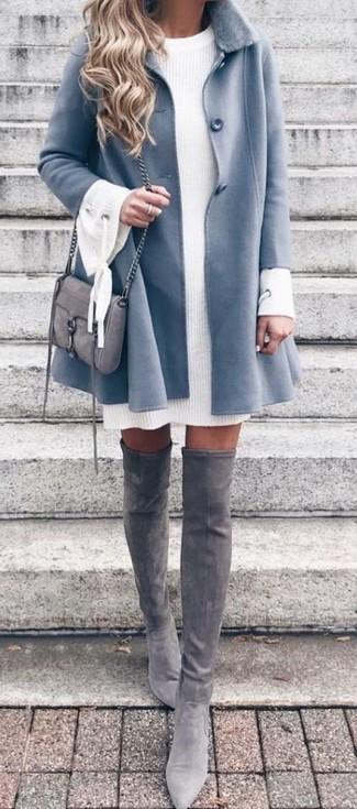 Как и с чем носить: голубое пальто с меховым воротником, белое вязаное платье-свитер, серые замшевые ботфорты, серая замшевая сумка через плечо
