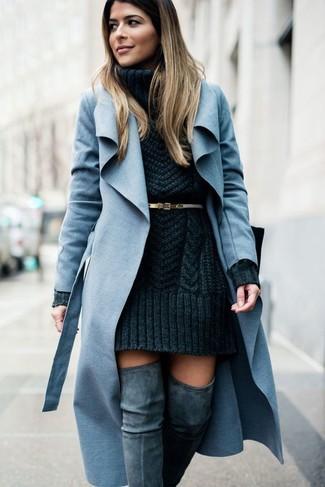 Как и с чем носить: голубое пальто, темно-серое вязаное платье-свитер, серые замшевые ботфорты, золотой кожаный ремень