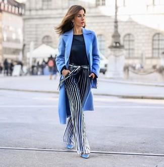 Как и с чем носить: голубое пальто, темно-синий свитер с круглым вырезом, темно-сине-белые широкие брюки в вертикальную полоску, голубые кожаные туфли