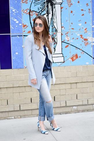 Как и с чем носить: голубое пальто, темно-синяя шелковая майка, голубые рваные джинсы-бойфренды, синие кожаные туфли с принтом
