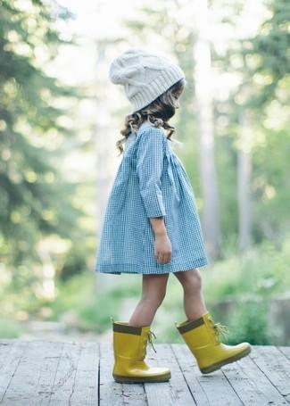 Как и с чем носить: голубое платье, желтые резиновые сапоги, белая шапка