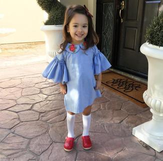 Как и с чем носить: голубое платье, красные балетки, белые носки