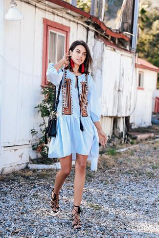 Как и с чем носить: голубое платье-крестьянка с вышивкой, черные замшевые босоножки на каблуке, черная кожаная сумка через плечо, красные серьги
