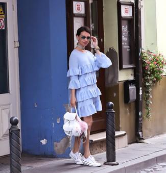 Как и с чем носить: голубое платье прямого кроя с рюшами, белые низкие кеды, белый кожаный рюкзак, бежевые кожаные часы