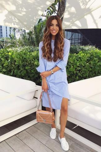 Как и с чем носить: голубое платье-рубашка в вертикальную полоску, белые слипоны с украшением, золотая кожаная сумка-саквояж