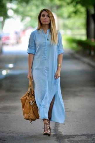 Как и с чем носить: голубое платье-рубашка, коричневые кожаные гладиаторы, светло-коричневая кожаная большая сумка, золотой браслет