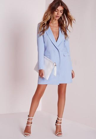 Как и с чем носить: голубое платье-смокинг, белые кожаные босоножки на каблуке, белый кожаный клатч