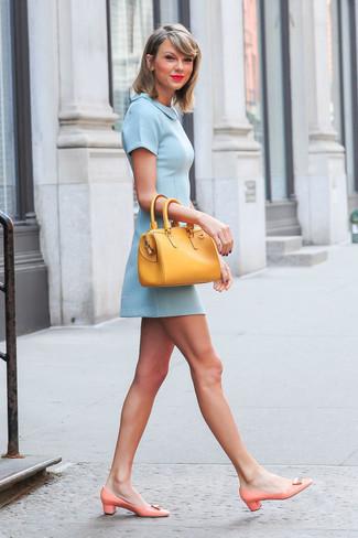 Как Taylor Swift носит Голубое платье с плиссированной юбкой, Оранжевые кожаные туфли, Желтая кожаная большая сумка