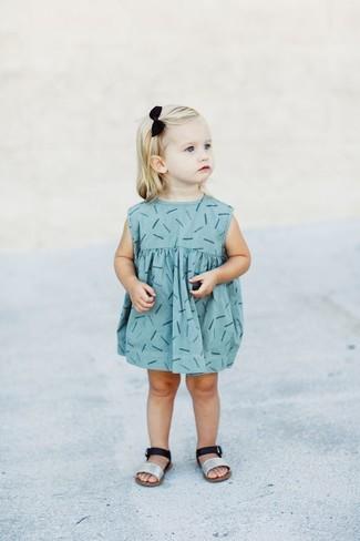 Как и с чем носить: голубое платье с принтом, серебряные босоножки