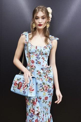 0973b6c875b Модный лук  голубое платье-футляр с цветочным принтом