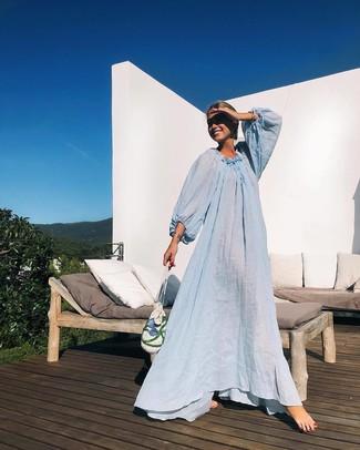 Как и с чем носить: голубое пляжное платье, белый соломенный клатч, серебряный браслет