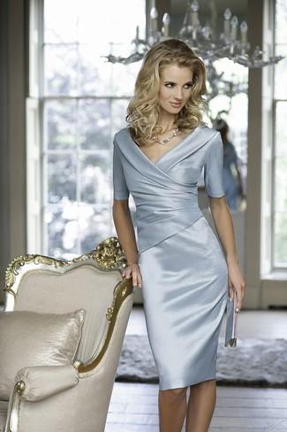 Как и с чем носить: голубое сатиновое платье-футляр, серебряный кожаный клатч, серебряное колье