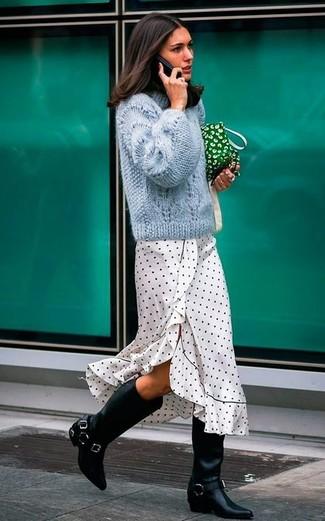 Модный лук: голубой вязаный свитер, бело-черное платье-миди в горошек, черные кожаные сапоги, зеленый клатч из плотной ткани