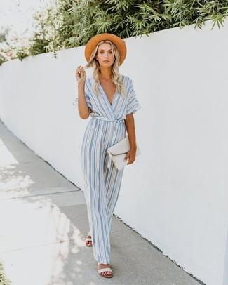 Как и с чем носить: голубой комбинезон в вертикальную полоску, белые кожаные сандалии на плоской подошве, белый кожаный клатч, светло-коричневая соломенная шляпа