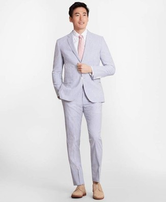 Как и с чем носить: голубой костюм из жатого хлопка, белая классическая рубашка, светло-коричневые замшевые туфли дерби, розовый галстук
