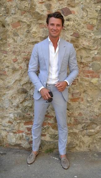 Как и с чем носить: голубой костюм, белая классическая рубашка, серые замшевые лоферы с кисточками, черные солнцезащитные очки