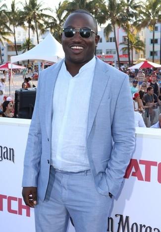 Как и с чем носить: голубой костюм, белая льняная рубашка с длинным рукавом, черные солнцезащитные очки
