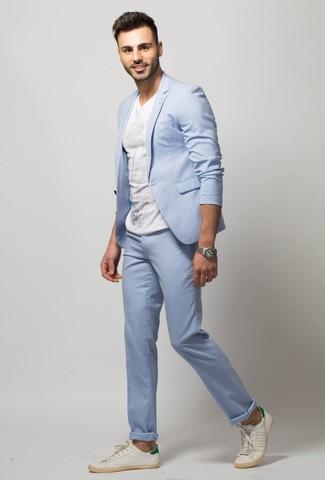 Как и с чем носить: голубой костюм, белая футболка с круглым вырезом, белые кожаные низкие кеды, серебряные часы