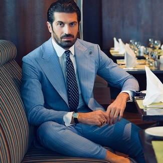 Голубой костюм в вертикальную полоску: с чем носить и как сочетать: Для воплощения элегантного мужского вечернего ансамбля великолепно подойдет голубой костюм в вертикальную полоску и белая классическая рубашка.