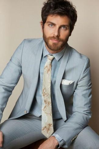 Как и с чем носить: голубой костюм, голубая классическая рубашка в вертикальную полоску, бежевый галстук с цветочным принтом, белый нагрудный платок