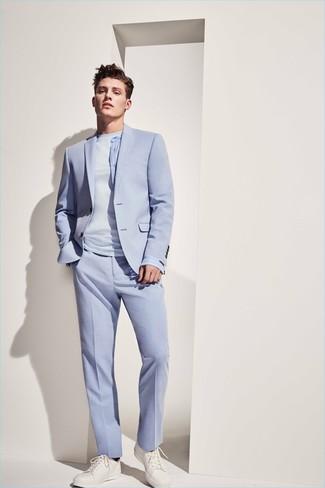 Как и с чем носить: голубой костюм, голубая футболка с круглым вырезом, белые кожаные низкие кеды
