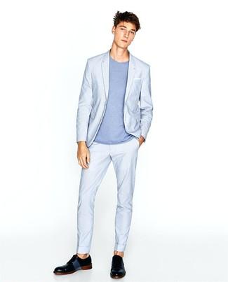 Как и с чем носить: голубой костюм, голубая футболка с круглым вырезом, черные кожаные туфли дерби