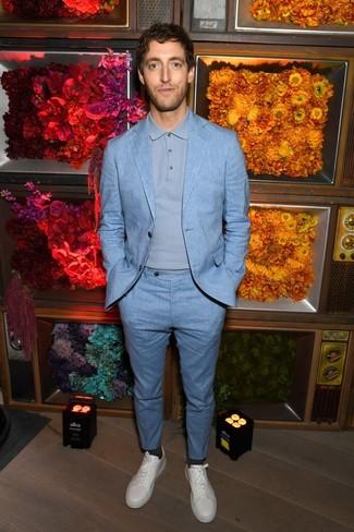Как Thomas Middleditch носит Голубой костюм, Голубой свитер с воротником поло, Белые кожаные низкие кеды, Темно-серые носки