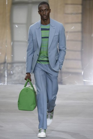 Как и с чем носить: голубой костюм, зеленый свитер с круглым вырезом в горизонтальную полоску, бело-зеленые кожаные низкие кеды, зеленая кожаная дорожная сумка