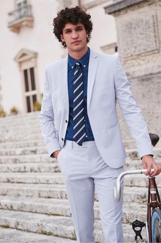 Как и с чем носить: голубой костюм из жатого хлопка, темно-синяя джинсовая рубашка, темно-синий галстук в горизонтальную полоску