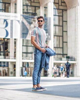 Голубой костюм: с чем носить и как сочетать: Голубой костюм и разноцветная футболка с круглым вырезом в вертикальную полоску отлично впишутся в любой мужской ансамбль — небрежный повседневный ансамбль или же элегантный вечерний. Подбирая обувь, можно немного пофантазировать и дополнить лук темно-синими слипонами из плотной ткани.